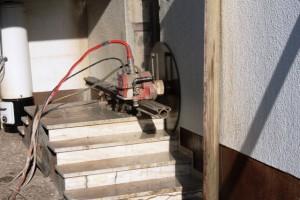 2021-Startseite Baustellenbilder, Podesttreppe wandbündig schneiden um im Nachgang eine aus Metall anbringen zu können.