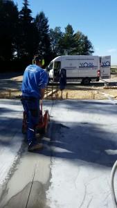 2021-Startseite Baustellenbilder, Schneiden von Sollbruchstellen in Frischbetonbodenplatte